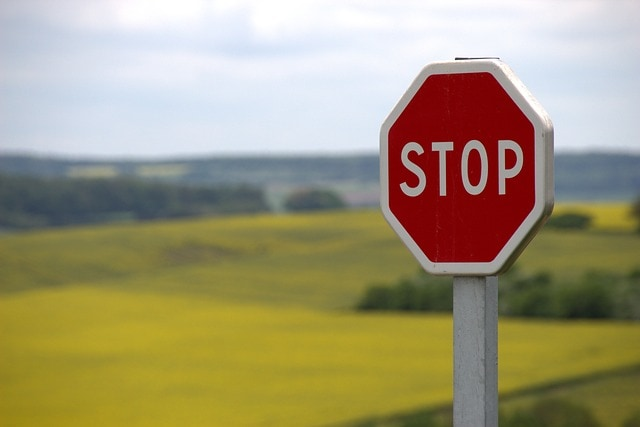 placa de transito escrito stop, pare em ingles