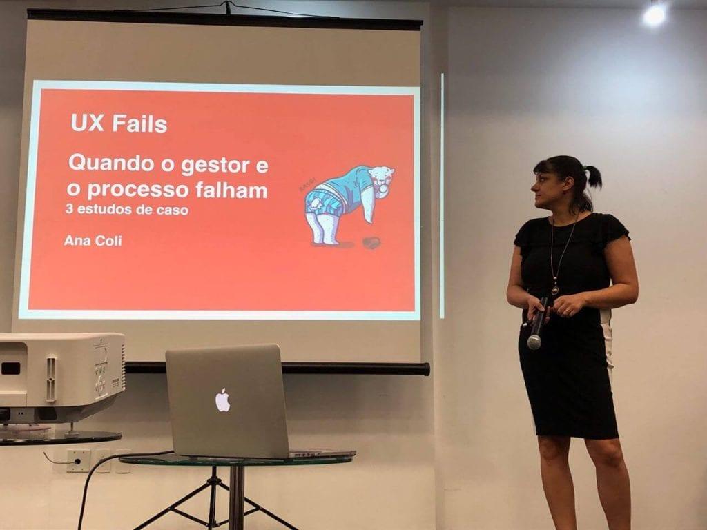 slide com texto 'ux fails quando o gestor e o processo falham' com uma imagem de um urso que acabou de rasgar a calça. A palestrante ana do lado direito da foto olhando para o slide